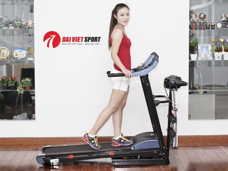 hực hiện đi bộ hoặc tập luyện với máy chạy bộ điện